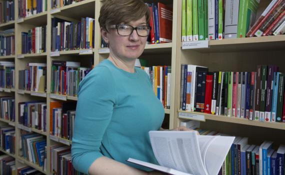 Photo of Barbara Szczepanska in the library at Hogan Lovells